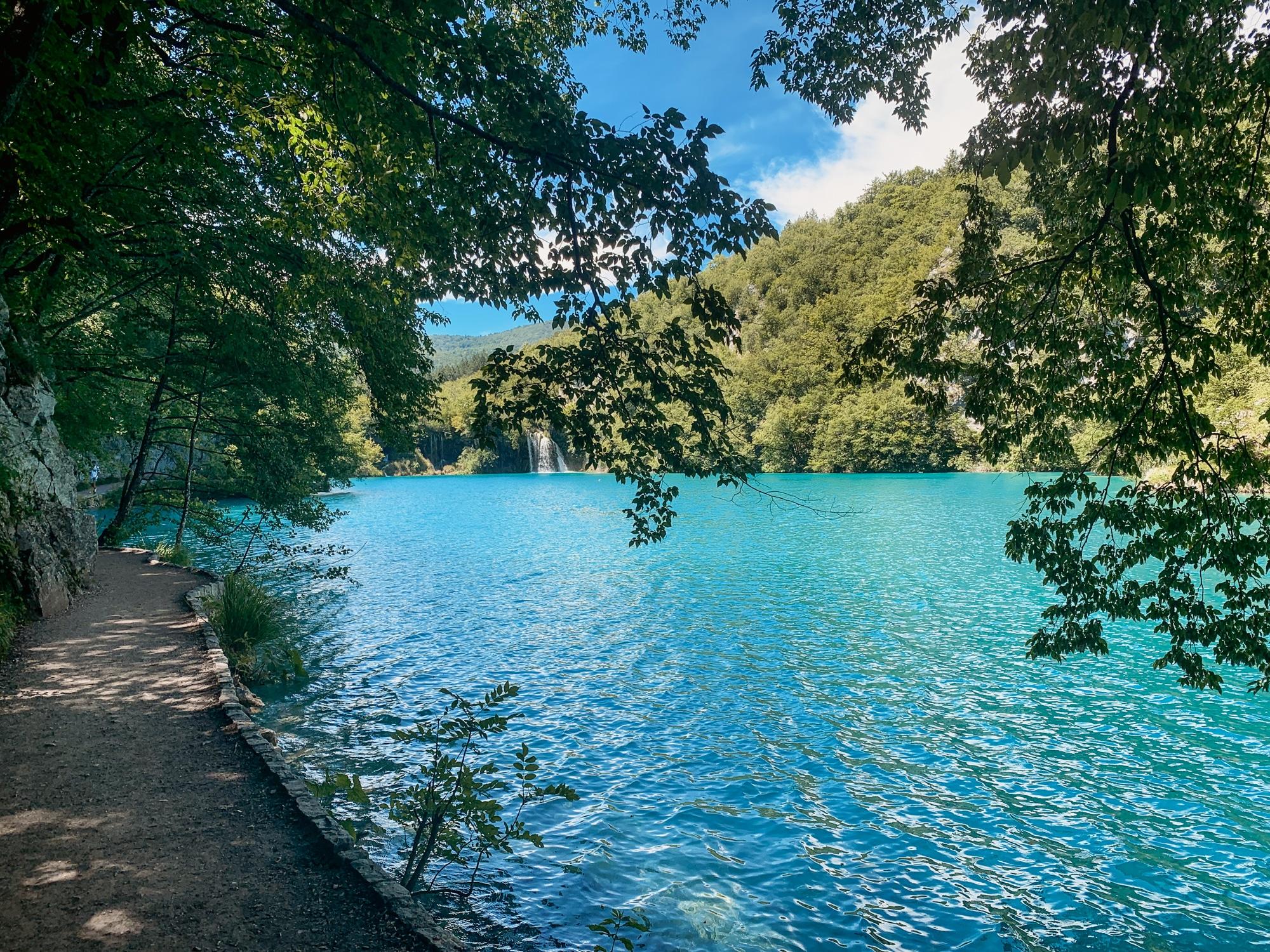 Nationalpark Plitvicer Seen: Tipps für den schönsten Kroatien Nationalpark - Holzsteg rote Route