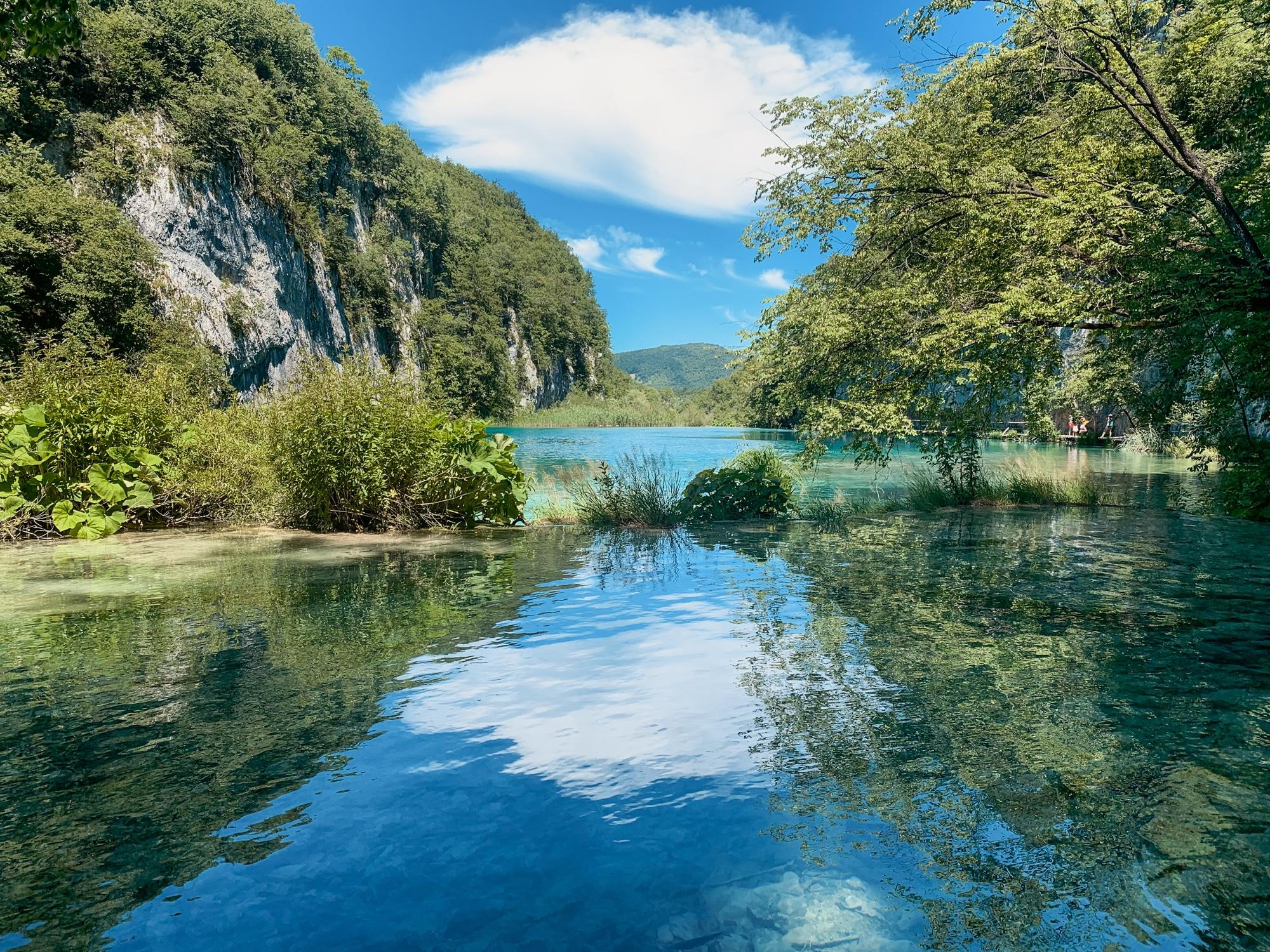 Nationalpark Plitvicer Seen: Tipps für den schönsten Kroatien Nationalpark - Holzsteg Aussicht auf den See