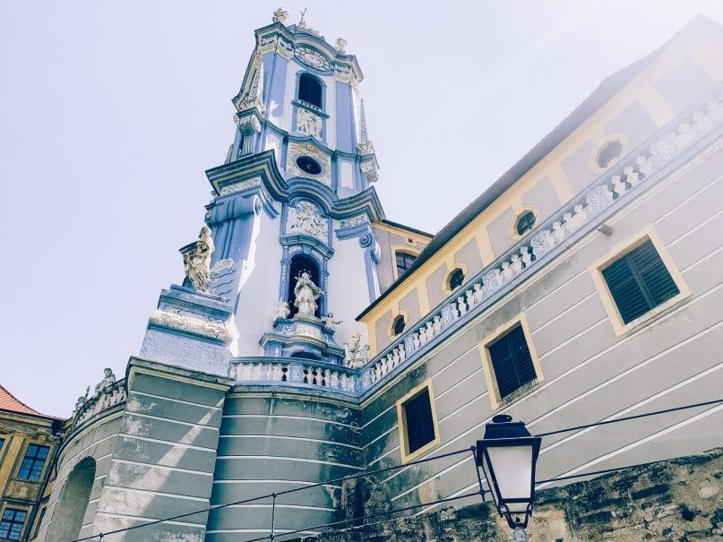 Niederösterreich Urlaub: Donauregion auf dem Donauradweg durch Dürnstein Kirche