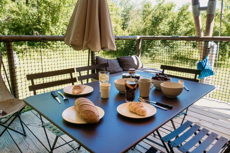 Village Huttopia Sud Ardeche Erfahrungen: Cahutte Frühstück auf der Terrasse